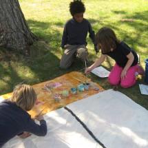 Während der Freizeit malen die Teilnehmer des Oskar-FussballCamp unter einem Baum