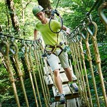 Junge auf Seilbrücke im Sport- und ActionCamp Winterberg