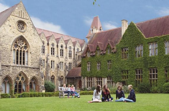 Schüler in der Pause Cheltenham Ladies College UK Sprachreise