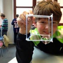 Junge mit eckigen Seifenblasen im Forscher- und EntdeckerCamp-Taltitz