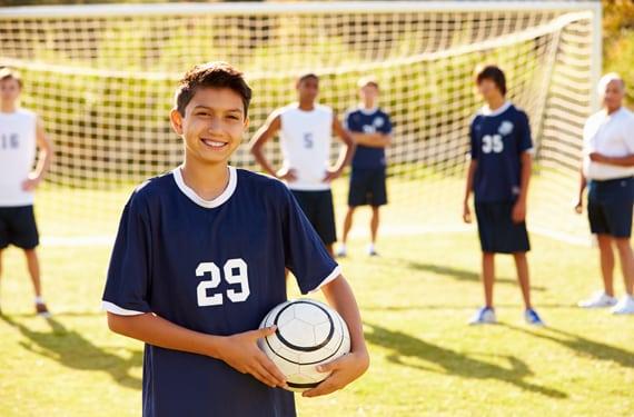 Jungs mit Fussball auf der Sprachreise FussballCamp Winmarleigh Hall