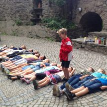 Kinder liegen auf Schlosshof im FilmCamp Schloss Altenhausen