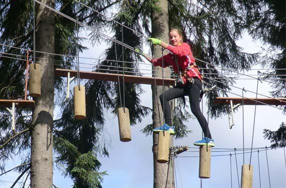 Mädchen klettert im Ferienlager im Sport- und ActionCamp Winterberg