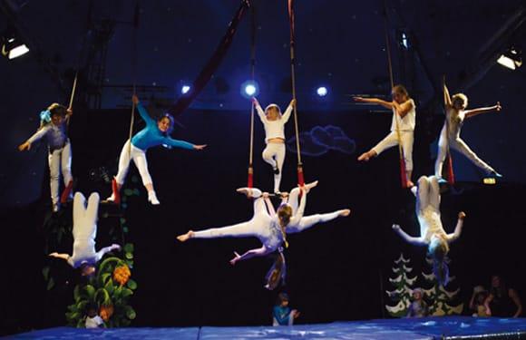 Auftritt der Gruppe Hochseilakrobatik in einem Oskar-Zirkus DayCamp