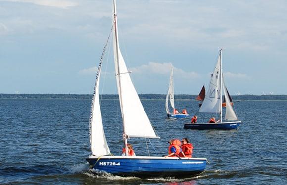Camper lernen mit Jollen segeln in einem Oskar-Segel DayCamp