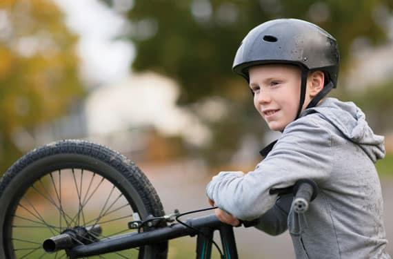 Junge mit BMX-Rad im Sport- und ActionCamp Biggesee.