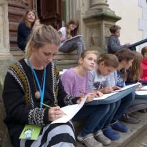 Schloss Boitzenburg KunstCamp Zeichenkurs auf der Schlosstreppe im Oskar Kunst- u. KreativCamp