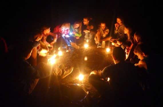 Lagerfeuer im Abendprogramm des Oskar-Kunst- u. KreativCamp auf Burg Rieneck