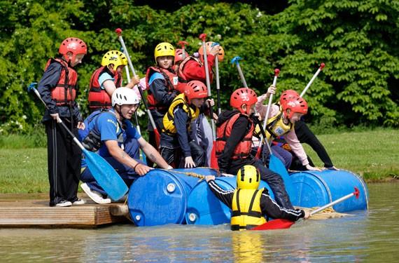 Teilnehmer des Adventure Camp Windmill Hill an einem Fässer-Floss