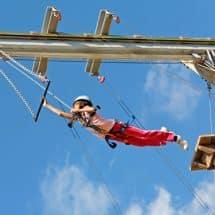 Teilnehmer des Adventure Camp Windmill Hill - England - am Trapez