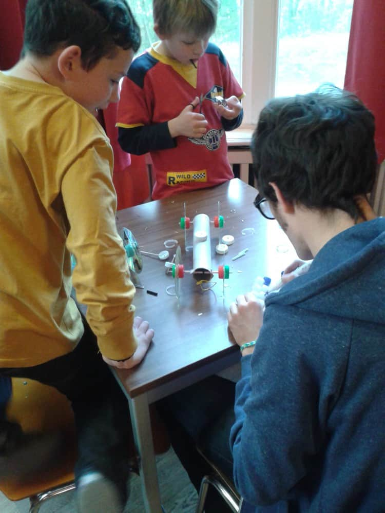 Camper experimentieren im Oskar-Forscher- und EntdeckerCamp Wannsee