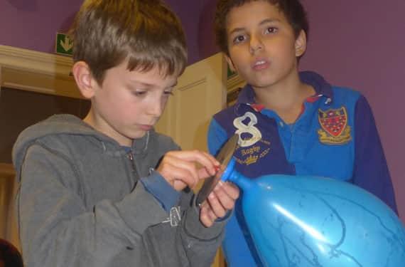 Jungs bauen Hovercraft im Oskar-Forscher- und EntdeckerCamp