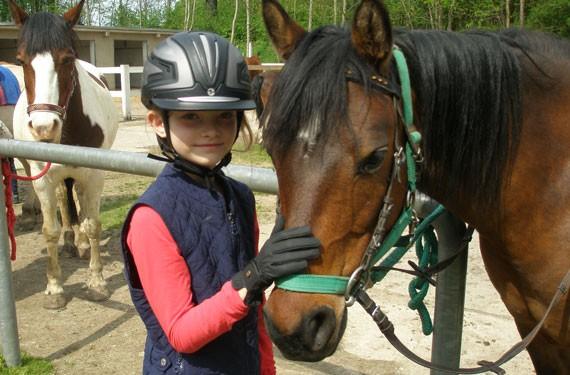 Mädchen mit Pferd in Reitferien Berlin