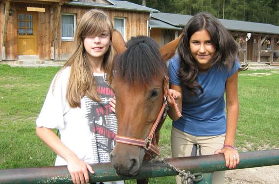 Zwei Mädchen genießen die Reiterferien Berlin