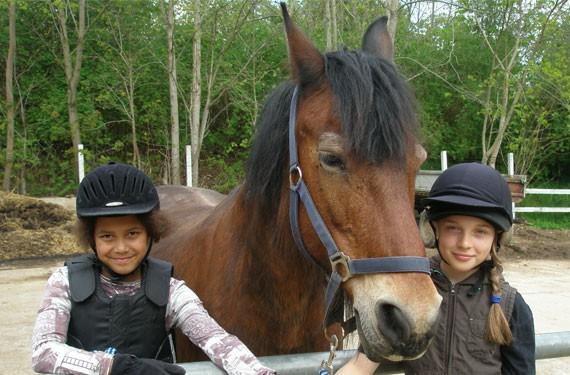 Mädchen mit Pferd bei den Reiteferien Ostsee