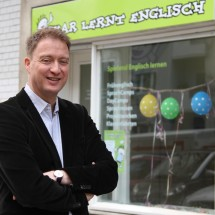 Geschäftsführer Wolfgang Beims vor dem Oskar Büro in Berlin