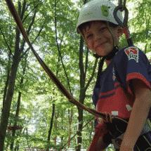 Junge beim Klettern im Sport- und ActionCamp Forbach-Herrenwies