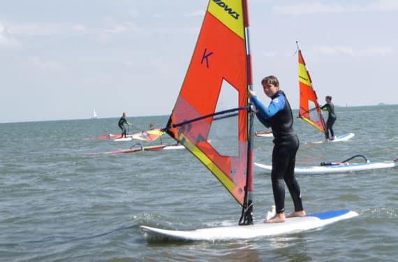 Junge beim Surfen im SurfCamp Sorpesee