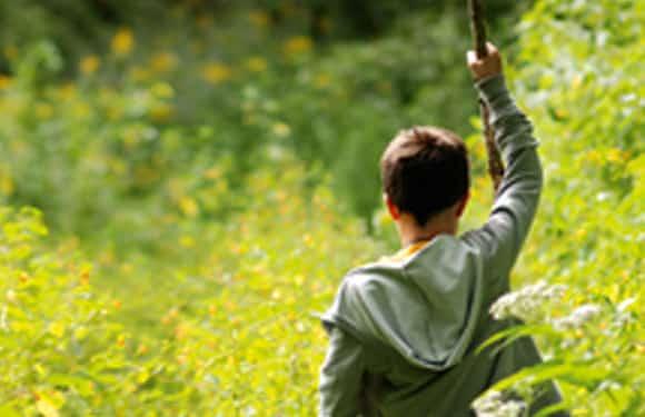 Junge erkundet Geländer für Biwak im Abenteuer- und ActionCamp Zerum.