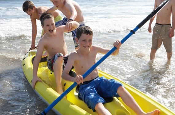 Vier junge Kanuten im Wassersport- und ActionCamp Majuwi