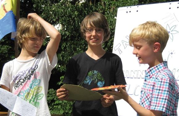 Im Sport- und KreativCamp Wannsee präsentieren Jungen ihre Werke