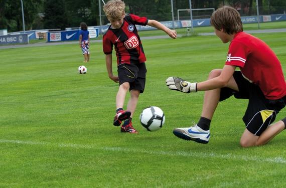 Jungen_spielen_Fussball im FussballCamp