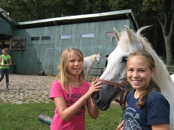 Mädchem mit Pferd in einem Oskar-Reit-DayCamp