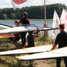 Im Surfcamp Majuwi werden die Riggs zum Wasser getragen.