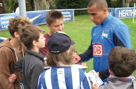 Autogrammstunde mit Herthaprofis im FussballCamp Olympiapark
