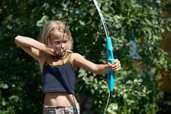 Mädchen beim Bogenschiessen im Oskar-Sport- und ActionCamp Burg Rieneck