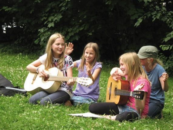 Mädchen spielen Gitarre im Sport- und KreativCamp Wannsee