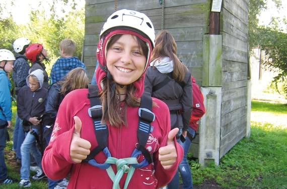 CampTeilnehmerin in Klettermontur während eines Oskar- Beach, Sport- u. ActionCamps