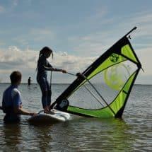 Die Teilnehmer bekommen Schritt für Schritt Surfanleitungen im SurfCamp Föhr