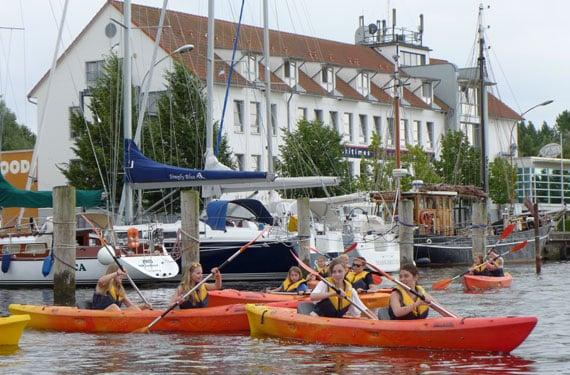 Teilnehmer mit dem Kanu unterwegs Mit dem Kanu unterwegs im Oskar Beach-Sport und ActionCamp