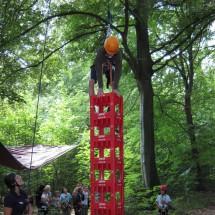 Junge auf dem Kastenkletterturm im Oskar-Sport- u. KreativCamp