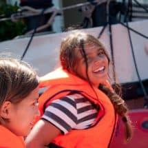 Die Teilnehmer/innen haben viel Spaß im Segel DayCamp Potsdam