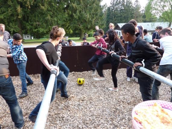 Kinder spielen Riesenkicker im Sport-und KreativCamp Wegscheide