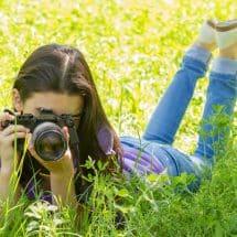 Mädchen schießt Fotos im Oskar-Filmcamp