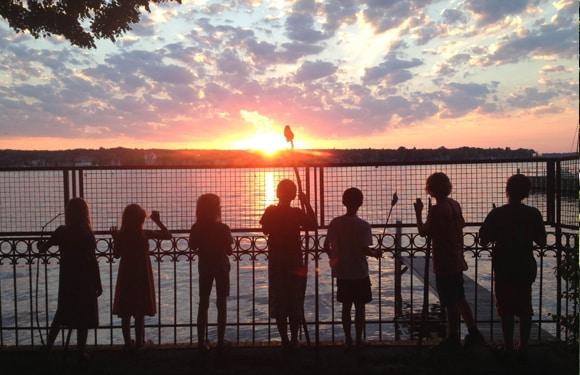 Die Teilnehmer beobachten einen schönen Sonnenuntergang im Sport- und KreativCamp Wannsee