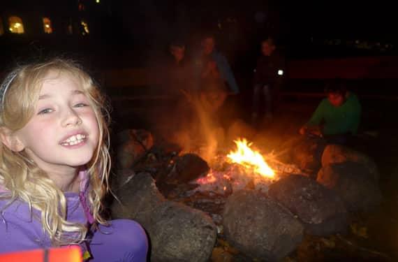 Mädchen am Lagerfeuer im Sport- und KreativCamp Welper