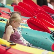 Ein Mädchen-zw-Kanus-u-Paddeln im Sport- und KreativCamp Welper.