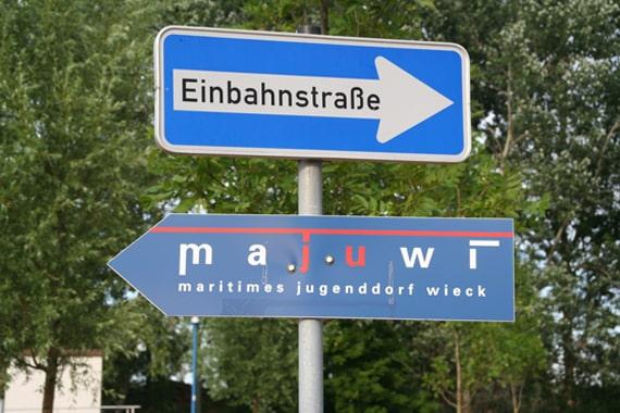 Das SegelCamp Majuwi findet im Maritimen Jugenddorf Wieck statt.