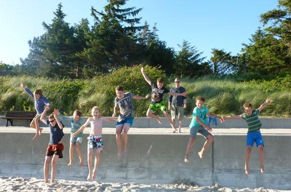 Von der Mauer auf den Strand im Oskar SurfCamp Föhr