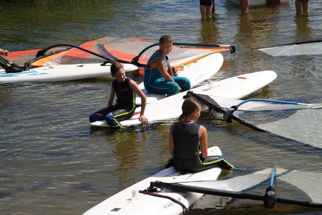 Mädchen beim Surfen im Oskar-SurfCamp Majuwi