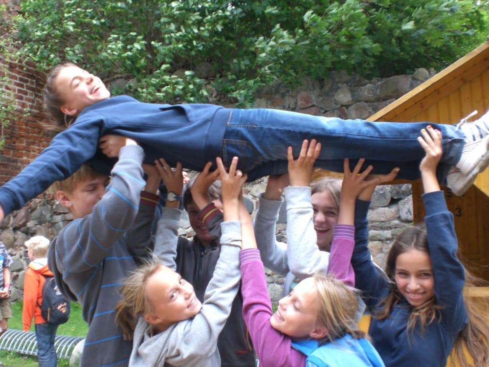 Beim Teambuilding tragen Camper Camper im Abenteuer und ActionCamp Freusburg