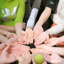 Konzentrationsspiele mit einem Tennisball in Oskar-lernt-Englisch SprachCamps