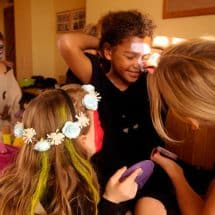 Junge Maskenbildnerinnen im Theater- und TanzCamp Freusburg