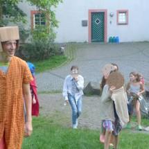 Junge kostümierte Darsteller im Theater- und TanzCamp Freusburg