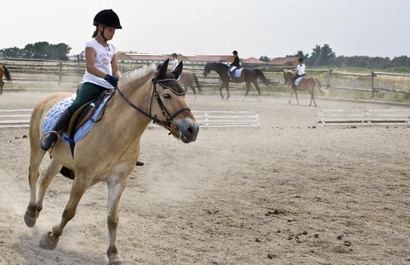 Mädchen auf dem Pferd im Oskar-ReitCamp Boitzenburg