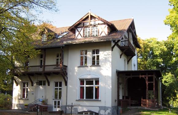 Villa Blumenfisch am Wannsee dort findet das Forscher- und EntdeckerCamp Wannsee, das Forscher- und Entdecker DayCamp Wannsee und das Sport- und Kreativ DayCamp Wannsee statt